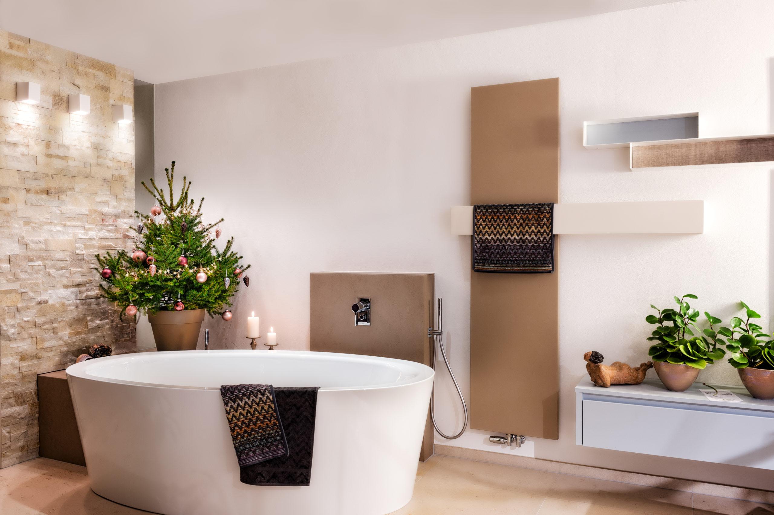 Bild Badewanne mit Weihnachtsbaum